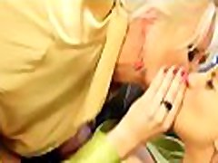 nuostabus vyresnio amžiaus muture immature boy mergina gauna savo shaved pussy toyed