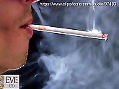 Με τη μάσκα του καπνίσματος Παραμονή 120s