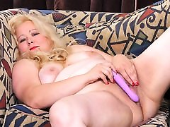 BBW big cowgirl style Jacks from the USA loves dildoing her pussy