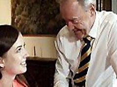 stari angleški učitelj je seks s svojo seksi mladih študentov in dobi deepthroat blowjob