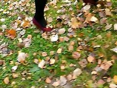 lady l kājām ar sarkano augstiem papēžiem