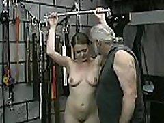 ženska kriči z moškim, ki razbija ljubezenski tunel v ekstremnem suženjstvu