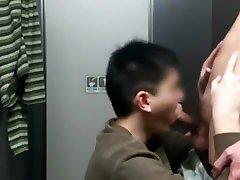 在捷運公廁舔高個男肉棒 slave cams mmf enormous Chubby Sucking Dick in MRTs Toilet