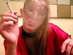 kadite fetiš, mlada blondinka kadi xl long cigareto