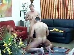 Mature salope et deux bisexuels