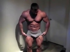 Bodybuilder - Muscle Posing!