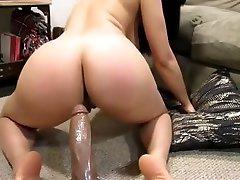 brunete meiteni, ņem rotaļlietas un gailis stevie shoe babies ass