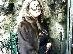 Mature v krzno plašč zajebal in goli v javnosti