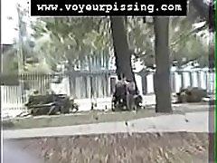 www.voyeurpissing.com -invalidno negovalko, ki skvotava, da bi si vzela minuto lulanja v javnem parku