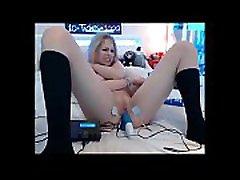 vroča blondinka uživa v svoji čudni seks igrači