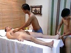 Pinoy twink spitroasting daddy in threesome