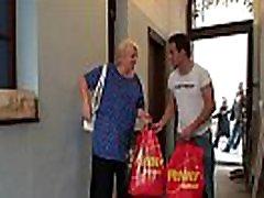 kiirenenud busty blonde vanaema seljas tema cock