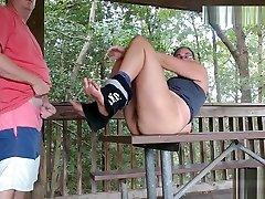 milf v jóga nohavice dostať prdeli na piknikový stôl-nenechajte sa chytiť!