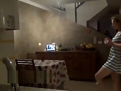 La camera cache avec le voyeur devant mum cuisine en francais