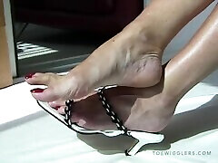 mature feet, long toes size 10