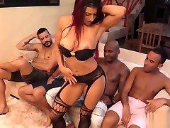 Brasileira em rpmi tain ha cuatro patas mirando camara com homens dotados