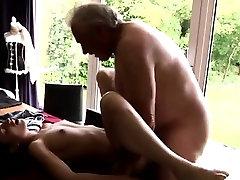 Horny vanem Bruce saagi silmist jumalik naine istub