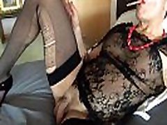 kadeča se seksi šminka rdeči nohti raztrgane nogavice užitek