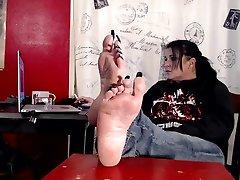 kadite zelo dolge črne nohte na nogah louisa vuittona. gubasti zreli podplati