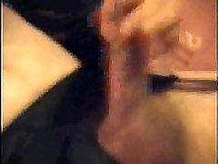 bisexual crossdressers esimest korda masturbeerimine cam seljas mask ja mängib oma riista, kuni ta laseb oma koorma