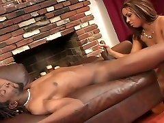 røyking svart jente knekt av en lang stang kjøtt