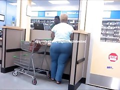 BIG BOOTY MATURE EBONY IN BLUE JEANS CANDID