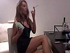 Νέοι V ποτά, καπνίζει και αυνανίζεται με ένα τεράστιο βάζο εντελώς γεμιστό κόλπο της!