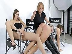 Angelina cums, medtem ko prijatelj je spanked