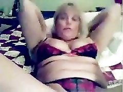 Flexible mature masturbates on cam