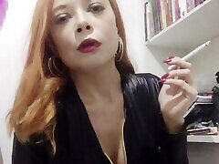 dominatrix fume un long cigare