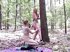 gamtos vaikščioti į mišką virsta strap on sekso sesija