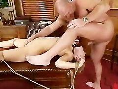 Blondinka z perky joške spanked v pisarni gets zajebal v m