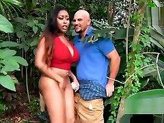 Huge booty ebony twerking outdoor