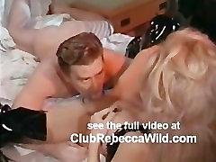 Rebecca Divje traja usnje v posteljo