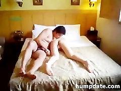smoll boy and woman pora žaisti ir sušikti ant lovos