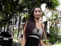 târfei asiatice îi place să seducă cu corpul ei gol