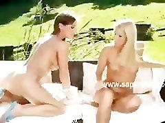 Slapjš lesbiešu izpaužas incītis licked un garšoja doggystyle nostāju o