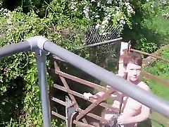 vealtaina nappi Matures Daring Naked Railway Footbridge Walk