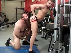 Daddy 18 boy bdsm Helps Twink with Workout Injury