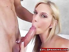 Blondinka kurba globoko throating po nekaj seksi krepke
