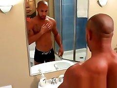 Solo muscular black adonis feeling himself
