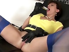 Lady Sonia satisfies hermself with a vibrator.