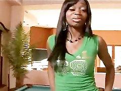 Ebony meitene jāšanās uz biljarda galda