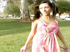 Tiener Lela Star wordt opgepakt in een park en wil neuken