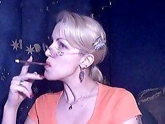 Octavia Αγάπη κάπνισμα Περισσότερα Μέντα Φως 120s με σέξι κόκκινα νύχια και κραγιόν