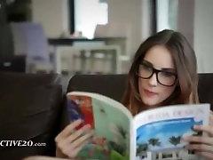 smalks brunete ar brillēm