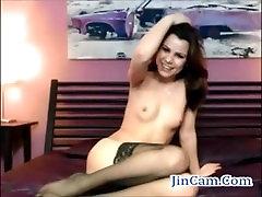 Graži žmona masturbuojantis rodo, su kamera, su žaislais