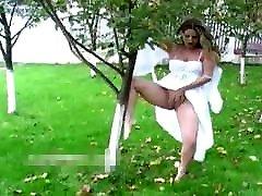 mergina balta suknelė peeing