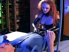 Rdečelaska v policijsko uniformo seksi latex nogavice in korzet prekleto