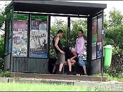 tvegan mom antiquity seks trojček na avtobusni postaji z veliko joškarico